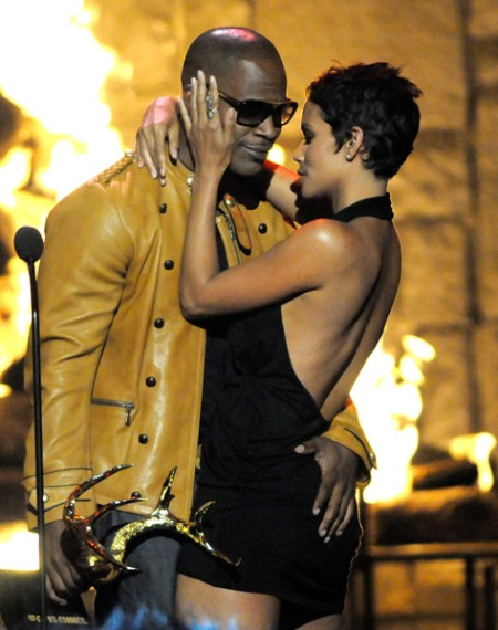 "Actor Jamie Foxx (L) and actress Halle Berry kiss onstage at Spike TV's 2009 ""Guys Choice Awards"" held at the Sony Studios on May 30, 2009 in Los Angeles, California."